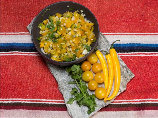 Ta ut frøene på chilien og finhakk den. Tilsett salsen og smak til med hvitvinseddik og salt.
