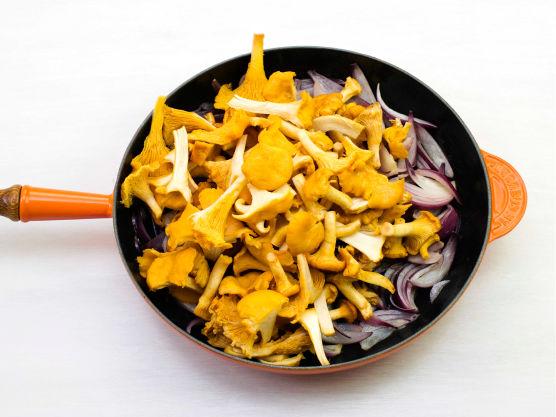Skrell og del løken i biter, og fres den myk i smør i en stekepanne. Rens og del soppen og stek med løken til soppen er gyllen. Krydre med salt og pepper og ha blandingen i en ildfast form.