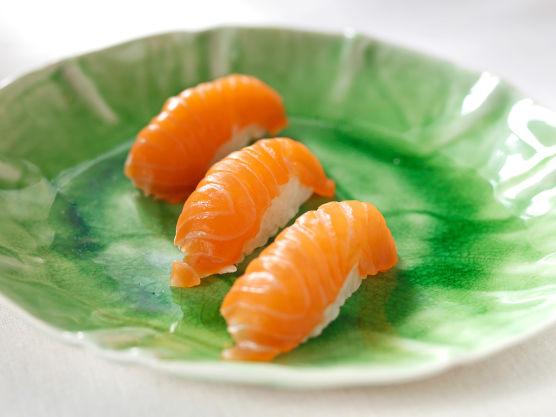 Når du skal lage risballene starter du med å fukte hendene med vann, så risen ikke kleber på fingrene. Ta en porsjon med sushiris, bruk gjerne en spiseskje så får du like store risballer hver gang. Form risen til en oval ball. Bitene skal ikke være større enn at de oppskårne fiskeskivene går litt ned på kantene. Legg litt wasabi på risballen og legg så fileten over risballen. Form biter ved å presse langs siden og på toppen slik at risen og fileten fester seg til hverandre.