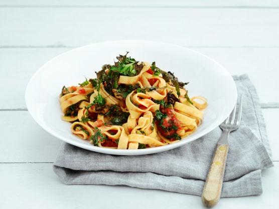 Hell i tomatene og la det koke opp. Ha i sukker og eddik, skru ned varmen og la småkoke i fem min. Hakk opp resten av grønnkålen og ha i. Kok det hele noen minutter til. Kok pastaen etter anvisning på pakken. Sil av vannet. Vend inn sausen i pastaen. Server pastaen i dype skåler – topp med ovnsstekt grønnkål.