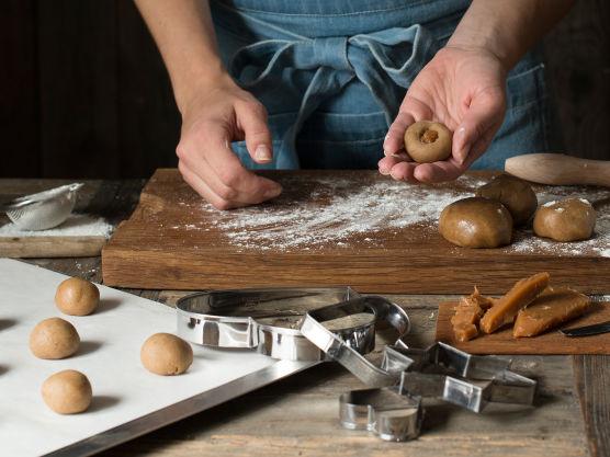 Form pepperkakedeig til kuler (her kan man også lage firkanter), lag så ett lite hull som du fyller med Karamell, pass på å lukk den ordentlig, slik at Karamellen ikke flyter ut. Stek de fylte pepperkakekulene på 160 grader i 9 min.