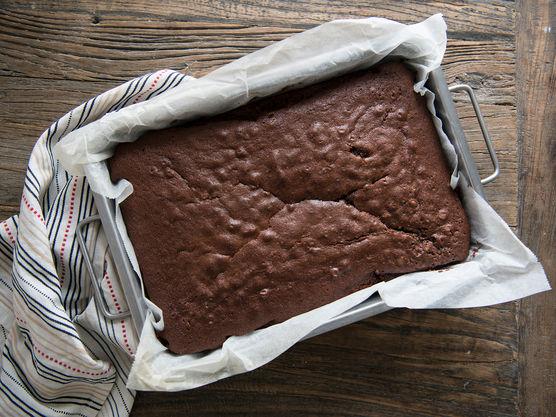Smelt margarin, vann og kakao. Bland inn det tørre. Rør inn egg og rømme. Stek på 175 grader i 30-40 min.