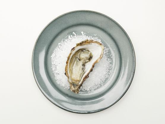 Østers med rødvinseddik: Finkutt sjalottløk i små, små terninger. Hell over en god rødvinseddik. Åpne skjellene og server blandingen ved siden av.