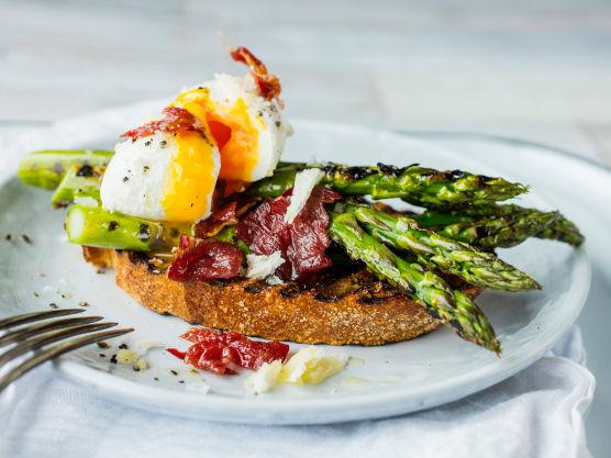 Grill eller rist brødskivene. Gni skivene inn med hvitløk og drypp over noen dråper olivenolje.