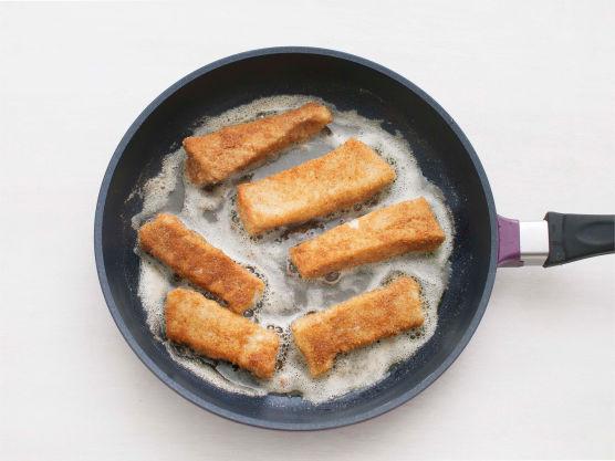Stek fiskepinnene gyllne i olje i en varm stekepanne, og krydre med salt og pepper. Server fiskepinnene med salat og dressing i varme tortillas.