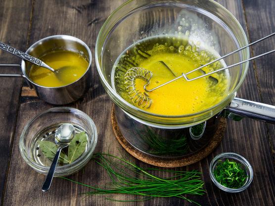Holandaise:  Smelt smøret på svak varme i en kasserolle. Hell forsiktig det klarnede smøret over i en skål, og kast det hvite bunnfallet som ligger igjen til slutt i kasserollen.