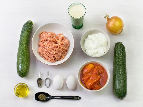 En mild og saftig ovnsrett som er lett å like! Varier gjerne med kjøttdeig av lam eller storfe og aubergine eller andre grønnsaker.