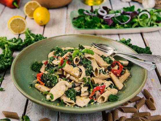 Bland inn den nykokte pastaen og dryss godt med finrevet parmesan og basilikum over helt til slutt.