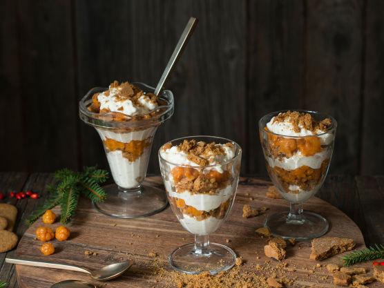 Finn frem glass eller dessertskåler. Brekk 3-4 pepperkaker (antallet avhenger av hvor store pepperkakene er) opp i biter og legg dem i bunnen på glassene.