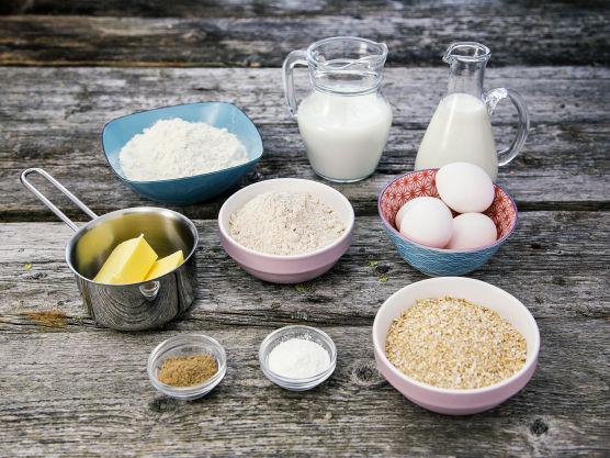 Bland alle de tørre ingrediensene først i en stor bolle. Spe deretter med melk, skummet kulturmelk og egg.
