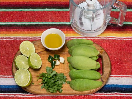 Grovkutt avokado, hvitløk og jalapeño og bland med limejuice og olivenolje.