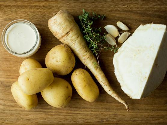 Skrell og skjær alle grønnsakene i jevne, tynne skiver.