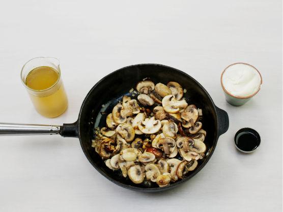Fres løk og sopp i olje til en stekepanne. Hell over kraft, crème fraîche og soyasaus. La småkoke i ca. 10 min. Smak til med salt og pepper.