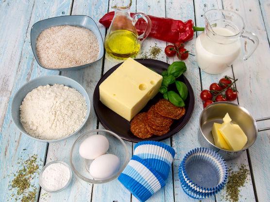 Rens og skjær paprikaen i små terninger. Riv osten på den grove siden på et rivjern. Skjær pepperoni i terninger.
