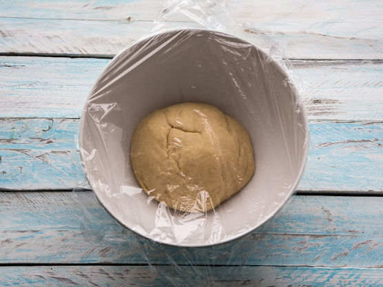 Dekk deigen med plast og sett den et lunt sted. La den heve til dobbel størrelse, ca. 30 minutter.
