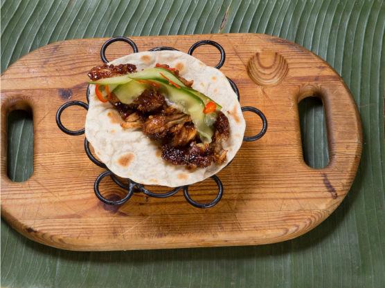 Legg kjøttet på tortillaene med og agurk- og chilisalaten på toppen.