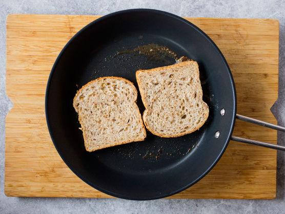 Stek brødskivene på én side, på middels varme med litt smør i pannen.
