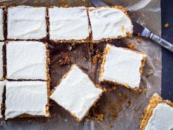 Bland mel, vaniljesukker, natron, bakepulver og kanel og miks det inn i røren. Rør i hakket kokesjokolade. Ha så i resten av ingrediensene. Rør forsiktig, men godt, og hell deigen til gulrotkaken i langpannen.
