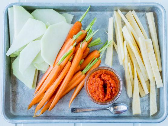 Rens og del grønnsakene i jevne biter, skiver eller staver.