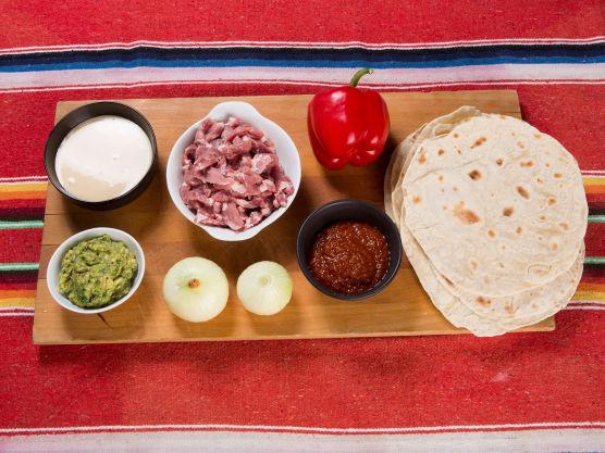 Bak små tortillas eller stikk ut fra ferdige som du deretter vender i en varm, tørr panne. Hold dem varme i aluminiumsfolie. Til fajitas serveres tortillaene alltid ved siden av, slik at gjesten selv forsyner seg av kjøtt.