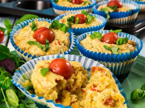 Pynt muffinsene med litt frisk finhakket basilikum. Det både smaker godt og gir fin farge. Grønn salat er sunt og godt ved siden av, og ser dessuten pent ut.