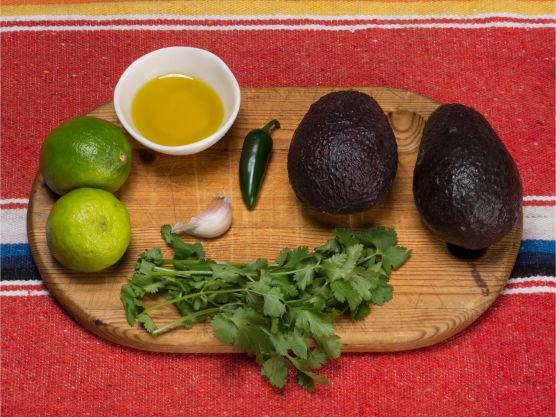 Glad i hjemmelaget guacamole? Prøv en mer kremete guacamole. Denne oppskriften på kremet guacamole passer som tilbehør til kjøttretter og i salater.