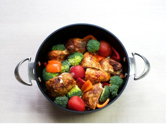 La småkoke i ca. 8 min, til grønnsakene er møre.