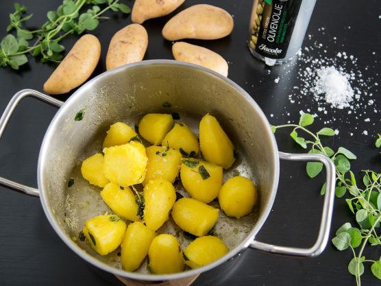 Skrell og del mandelpotetene i grove biter. Kok dem forsiktig i 5 minutter. Hell av vannet og damp potetene på platen. Tilsett olivenolje, finhakket oregano og maldonsalt. Sett på et lokk og rist gryten litt opp og ned, sånn at potetene får en melen overflate. Ha potetene over i en ildfast form, og stek møre i ovnen på 200 grader. Det tar ca 20 minutter. Nå har du mandelpoteter med en deilig, sprø stekeskorpe og myk kjerne.