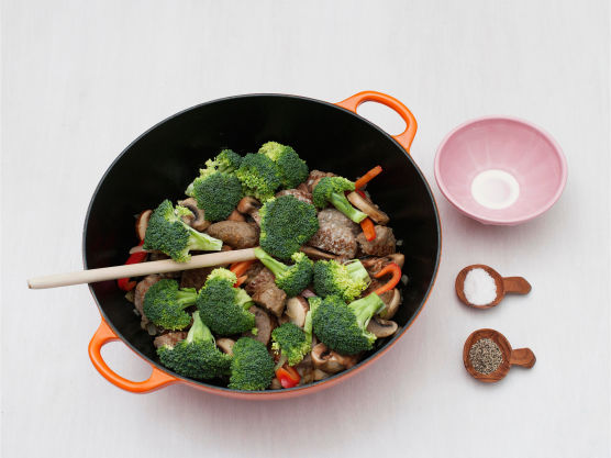 Ha i brokkoli og fløte, og la småkoke under lokk til brokkolien er mør, ca. 5 min. Smak til med salt og pepper, og server.