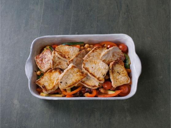 Ha grønnsaksblandingen i en ildfast form, fordel kjøttet over blandingen og stek i ovnen på 180 °C i 10 min. Riv over parmesan før servering.