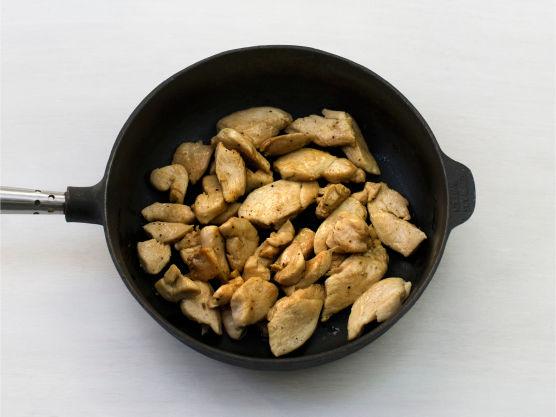 Skjær kyllingfiletene i strimler, krydre med salt og pepper og brun dem lett i olje i en stekepanne.