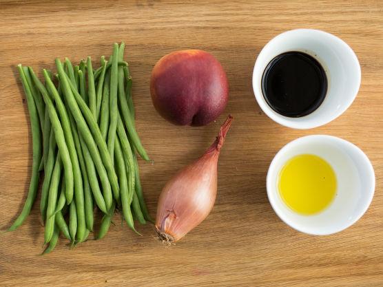 Skyll og rens aspargesbønnene (del dem på langs hvis du vil). Kok bønnene knapt møre i fosskokende godt saltet vann i ca. 1 minutt. Ta opp en aspargesbønne og smak på den, de må ikke kokes for mye, men heller ikke for lite. Avkjøl straks i iskaldt vann slik at bønnene bevarer sin sprøhet og flotte grønne farge. La de avkjølte bønnene få renne godt av seg.