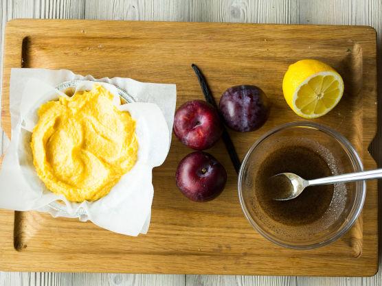 Bland sitronskall inn i grunnrøren. Del plommene og fjern steinen. Skjær plommene i mindre biter. Gni frøene fra vaniljestangen sammen med sukkeret i en bolle. Tilsett sitronsaft og plommebitene.