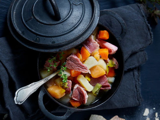 Kutt grønnsakene i passende biter og kok møre i det samme vannet som du kokte kjøttet i. Skjær kjøttet i biter og ha det tilbake i gryten. Kutt grønnsakene i passende biter og kok møre i det samme vannet som du kokte kjøttet i. Skjær kjøttet i biter og ha det tilbake i gryten. Smak til med pepper.