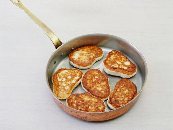 Varm fiskekarbonader i en stekepanne og server dem varme med kald nudelsalat.