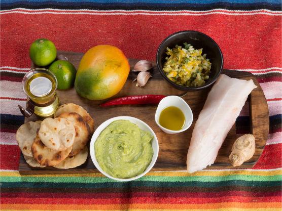Ceviche er fisk marinert i lime, friskt, sunt og veldig godt!  Bak små tortillas eller stikk ut små sirkler fra ferdige. Stek dem sprø i godt med varm olje i en panne. Legg deretter over på papir for at de skal renne av seg litt olje.