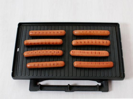 Grill eller stek pølsene på sterk varme, ca. 8 min.