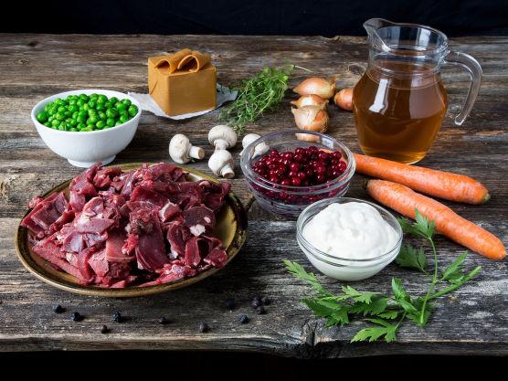 Begynn med å grovkutt gulrøttene og soppen, deretter finkutt løken.
