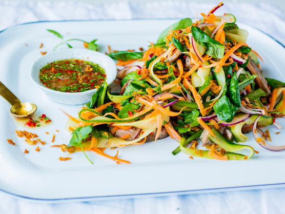 Bland sammen gulrot, løk, agurk, spinat, koriander og mynteblader. Drypp over litt av dressingen og vend det lett sammen.