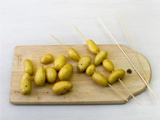 Tre poteter på spyd og grill eller stek dem i ca. 5 min. Skjær paprika og squash i biter, ha bitene i aluminiumfolie med litt olje og grill pakkene i ca. 6 min. eller stek i ovnen på 225 °C.