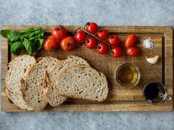 Sett ovnen på 180 grader. Skjær tomatene i terninger og la dem få dryppe av seg mens du lager brødskivene.