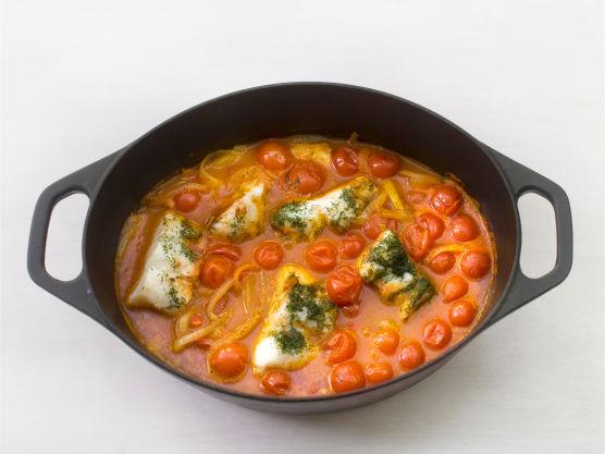 Ha i tomatpuré, chili, hvitløk, dill og olivenolje, og la småkoke i ca. 20 min.