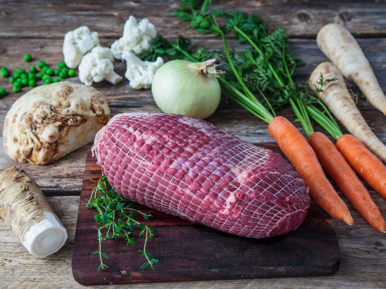 Skrell og kutt løk, gulrot, sellerirot og persillerot i terninger. Legg dem i en jerngryte, ildfast form eller langpanne. Gni steken inn med salt og pepper og plasser den sammen med grønnsakene. Hell vann i formen.