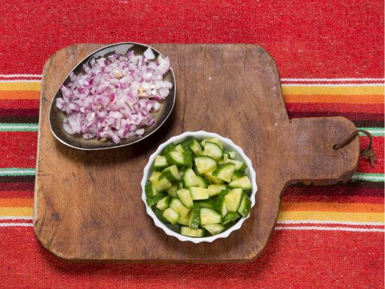 Lag guacamole, salsa, rømmedressing og cheddarsaus. Riv litt ekstra ost og server ved siden av.
