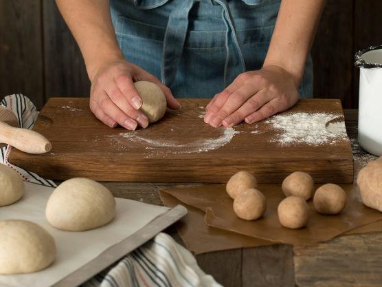 Ha alle ingredienser med unntak av smør i kjøkkenmaskinen og elt i 10-15 minutter på sakte fart til deigen slipper eltebollen.