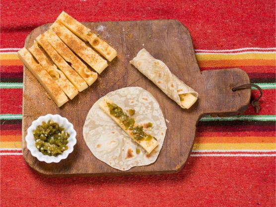 Kutt osten i åtte tykke staver og krydre disse med tacokrydderet. Finkutt jalapeños. Legg en ostestav på hver tortilla og dryss over jalapeños. Rull sammen til en rull og fest enden med en tannpirker.