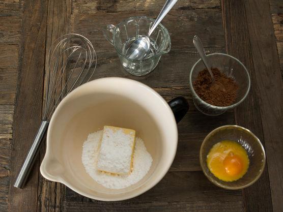 Lag mandelmakroner ved å legge kransekakedeig i jevnt store topper på bakepapirdekkede stekeplater. Stek mandelmakronene på 175 grader i 6 min. Avkjøl på rist.