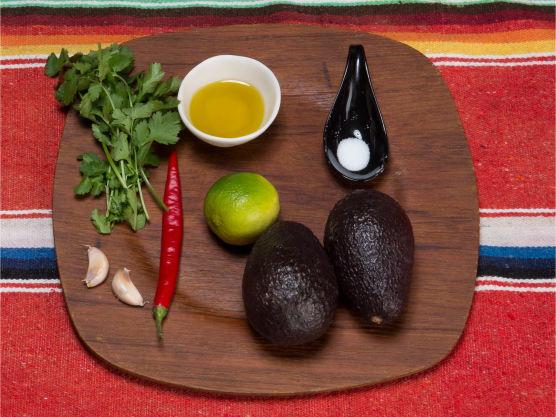 Klassisk tilbehør til taco! Kan gjerne lages i morter. Du trenger avokado, chili, koriander, hvitløk, lime og litt olje.
