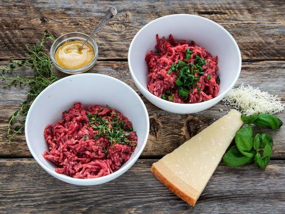 Fordel kjøttdeigen i to skåler, 250 g i hver.