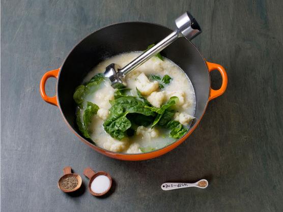 Fres løk og hvitløk i olje, tilsett melk, fløte og kraft og kok opp. Tilsett spinat og blomkål, la koke ½ min. og kjør til puré i en blender. Smak til med muskat, salt og pepper. Anrett i skåler med kylling og skinke.